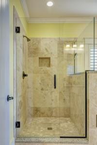 prysznic ze szklamymi drzwiami
