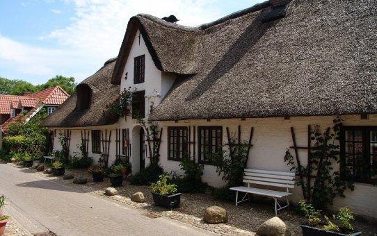 Jak wygląda montaż dachu ze strzechy?
