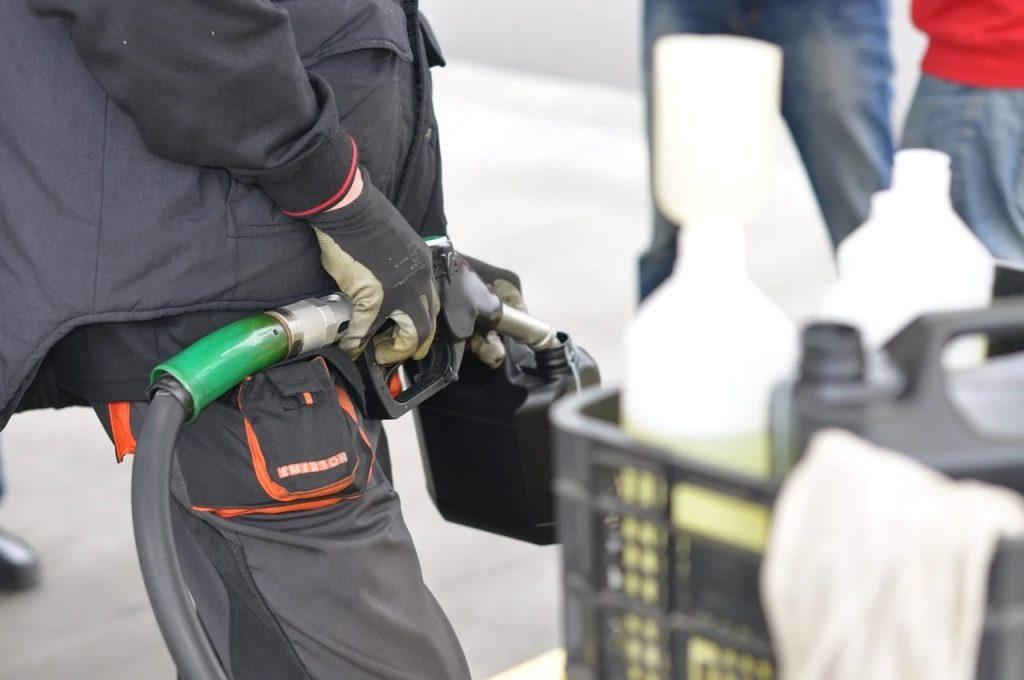 Nalewanie paliwa do kanistra
